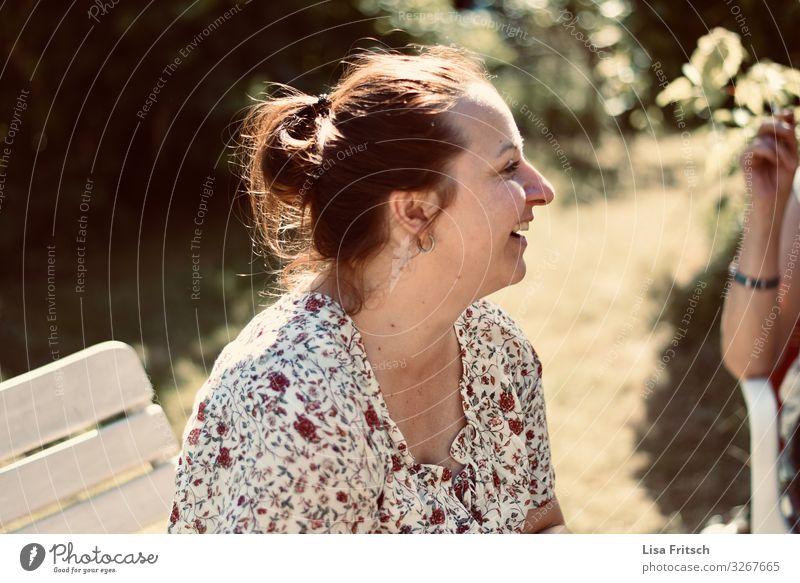 LACHEN - SOMMER - FRAU Feste & Feiern Frau Erwachsene 1 Mensch 30-45 Jahre Sommer Schönes Wetter Garten brünett Zopf Erholung genießen lachen ästhetisch