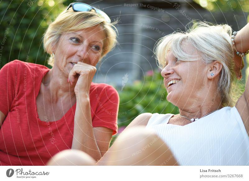 FREUNDSCHAFT - ZUSAMMEN - LACHEN Frau Erwachsene Freundschaft 2 Mensch 45-60 Jahre Sommer Schönes Wetter Garten blond weißhaarig kurzhaarig Erholung genießen