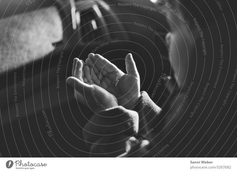Hände öffnen Mensch Kind Junge Familie & Verwandtschaft Leben Hand Finger 1 3-8 Jahre Kindheit Zusammenhalt Schwarzweißfoto aufmachen Sonnenlicht ruhig Stimmung