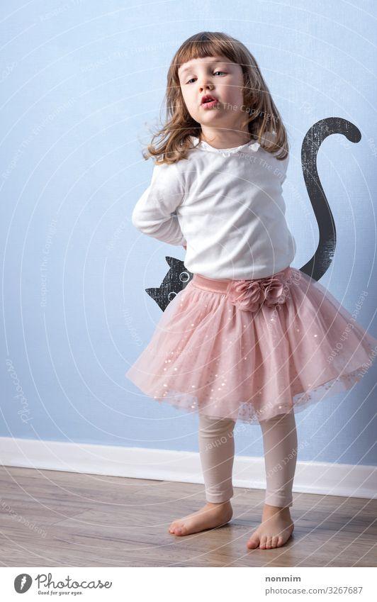 Kleines Mädchen spielt fantasievolles Spiel mit Katzengrafik Freude Glück Spielen Abenteuer Kind Kindheit zeichnen träumen blau Kreativität Hintergrund Entwurf