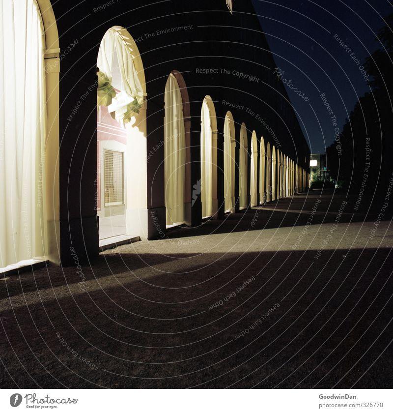 Verschleiert. Stadt Stadtzentrum Haus Platz Bauwerk Gebäude Architektur Mauer Wand Fassade dunkel authentisch groß hell kalt viele blau Stimmung Vorhang
