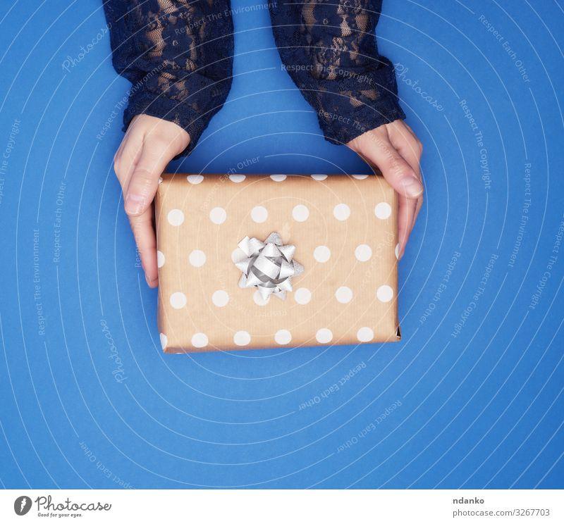 zwei Frauenhände halten eine quadratische braune Schachtel Dekoration & Verzierung Feste & Feiern Valentinstag Weihnachten & Advent Silvester u. Neujahr
