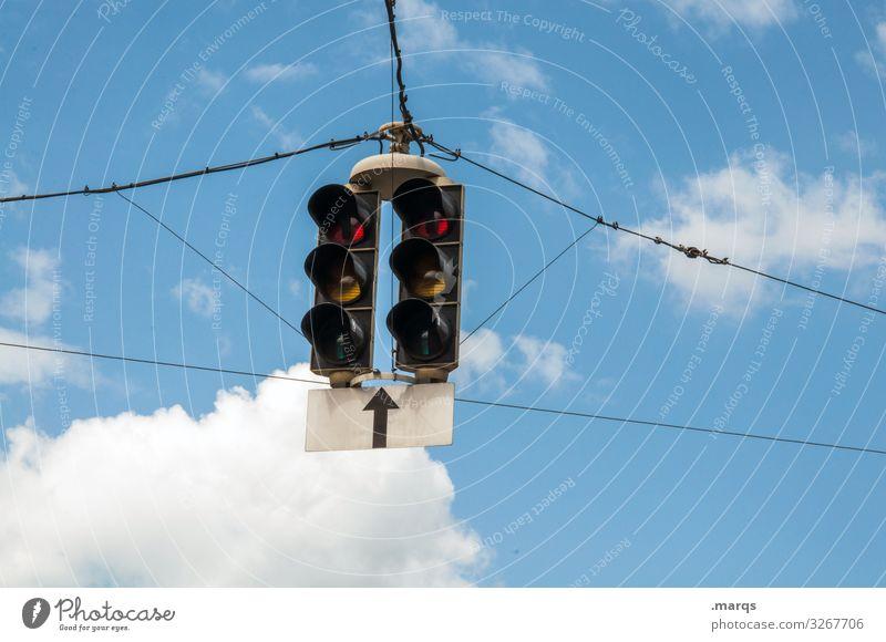 Ampeln Himmel Wolken Verkehr Verkehrszeichen Pfeil hängen Mobilität Ziel Farbfoto Außenaufnahme Textfreiraum links Textfreiraum rechts Textfreiraum unten