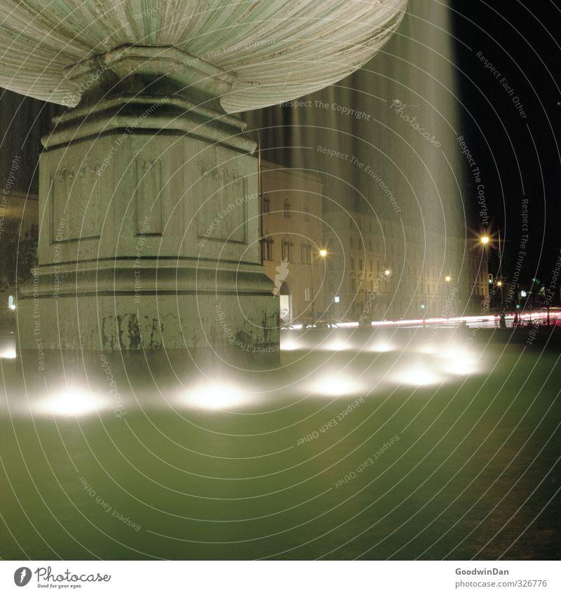 Leise. Umwelt Wasser Stadt Stadtzentrum Menschenleer Verkehr Straßenverkehr Brunnen dunkel kalt Stimmung Farbfoto Außenaufnahme Nacht Kunstlicht Licht