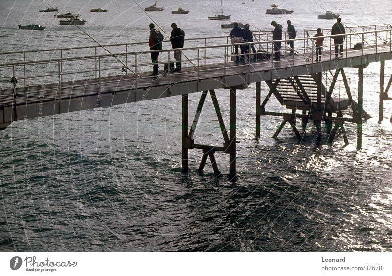 Pier Anlegestelle Wasserfahrzeug Meer Mensch Angelrute Menschengruppe Quai Hafen Treppe schreiten