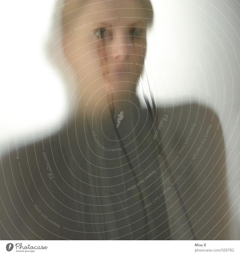 Schmerz Mensch Jugendliche Einsamkeit Junge Frau Erwachsene 18-30 Jahre feminin Gefühle Traurigkeit Stimmung Trauer Sehnsucht gruselig Verzweiflung Sorge