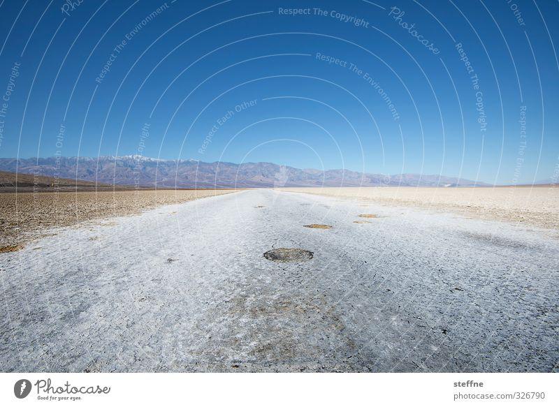 Der Tiefpunkt ist erreicht Natur Landschaft Berge u. Gebirge außergewöhnlich Klima Schönes Wetter USA Wolkenloser Himmel tief Schlucht Nordamerika salzig Salzwüste Death Valley National Park Bad Water