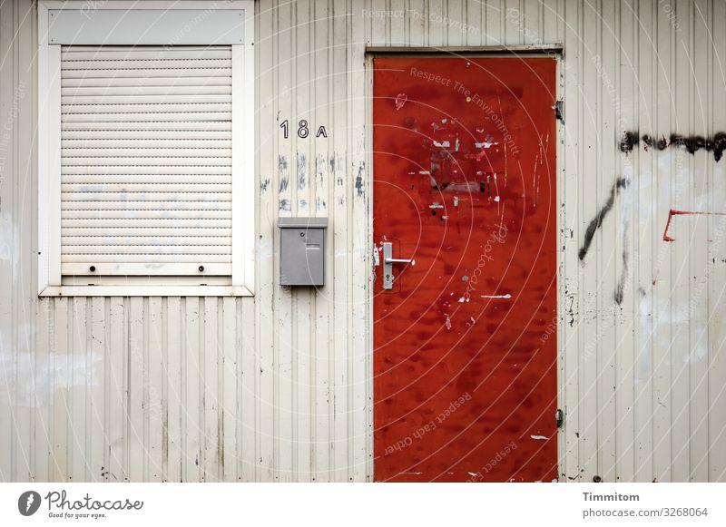 18 A Häusliches Leben Notunterkunft Container Fassade Fenster Tür Briefkasten Rollladen Metall Schriftzeichen Ziffern & Zahlen Armut dreckig Gefühle elend