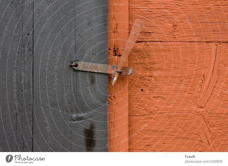 längs und quer Hütte Tür Riegel Holz Metall Schloss grau orange Holzstruktur Ast Kontrast geschlossen Holzsplint Farbfoto Außenaufnahme Tag