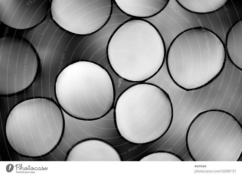 Aufsicht auf durchsichtige Trinkhalme aus Plastik mit diffusem Licht im Innern Kabel Technik & Technologie Kunststoff Kreis kreisrund Röhren dunkel hell grau