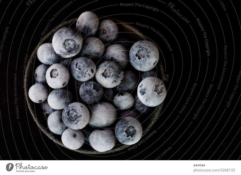 gefrorene Heidelbeeren in schwarzer Schale vor schwarzem Hintergrund Blaubeeren Bioprodukte Vegetarische Ernährung Diät Vegane Ernährung Schalen & Schüsseln