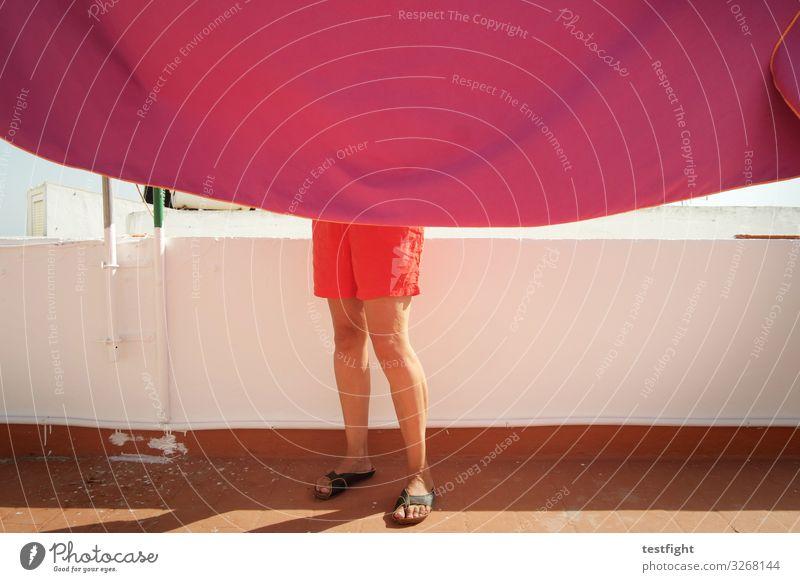 badetuch trocknen Ferien & Urlaub & Reisen Sommer Sommerurlaub feminin Beine Fuß 1 Mensch Mauer Wand Terrasse Hose Stoff rosa rot Wäsche aufhängen Sonnenbad