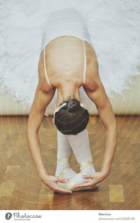 Ballerina, während sie den Schwanensee tanzt. elegant schön Tanzen Frau Erwachsene 18-30 Jahre Jugendliche Kunst Tänzer Balletttänzer Mode weiß Beautyfotografie