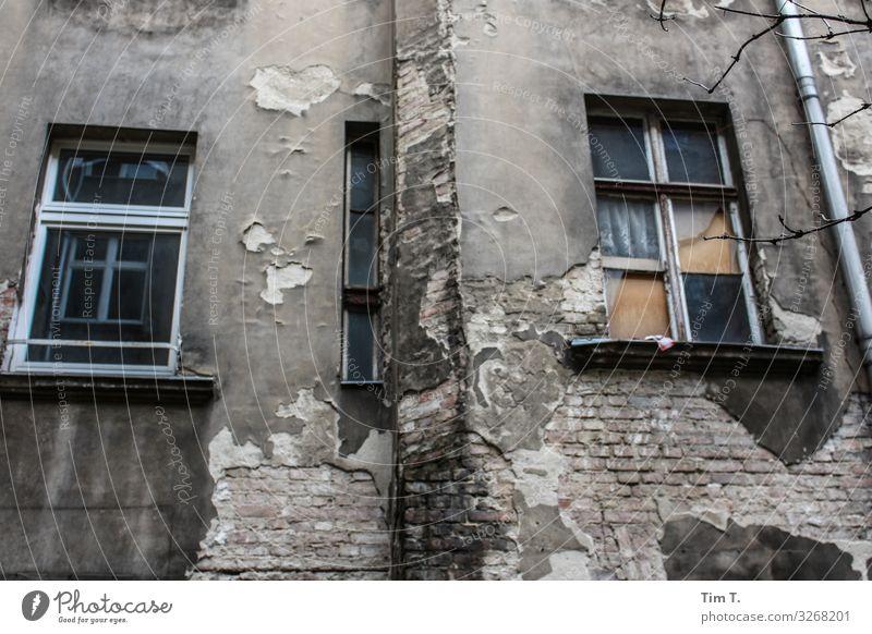 Hinterhof Berlin Prenzlauer Berg Stadt Hauptstadt Stadtzentrum Altstadt Menschenleer Haus Mauer Wand Fassade Fenster Häusliches Leben Zeit Altbau Farbfoto