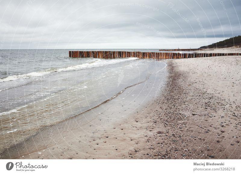 Leerer Strand an einem bewölkten Tag. Ferien & Urlaub & Reisen Meer Natur Landschaft Sand Himmel Wolken Horizont Küste Ostsee Erholung Enttäuschung Nostalgie