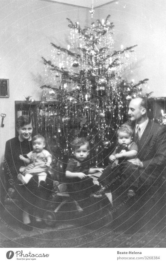 50er Jahre: Familie unterm Weihnachtsbaum Feste & Feiern Weihnachten & Advent Eltern Erwachsene Schwester Familie & Verwandtschaft Leben Veranstaltung Baum
