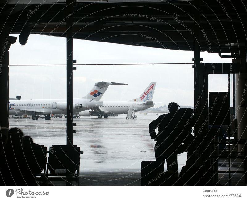Warteraum Flugzeug Passagier Mensch Mann Fenster Architektur Flughafen Silhouette Stuhl airpor airplane aircraft passenger luggage window chair