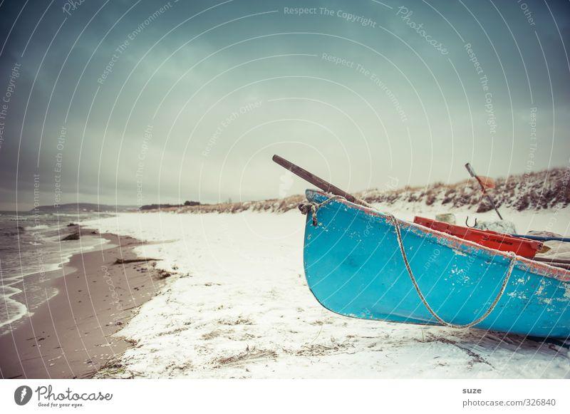Stille Flut ruhig Strand Meer Insel Winter Schnee Umwelt Natur Landschaft Urelemente Himmel Horizont Wellen Küste Ostsee Fischerboot Ruderboot Wasserfahrzeug