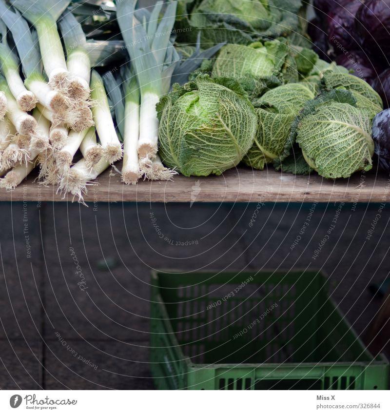 Wochenmarkt Lebensmittel Gemüse Ernährung Bioprodukte Vegetarische Ernährung Diät frisch Gesundheit lecker grün Wirsing Lauchgemüse Porree Gemüsehändler
