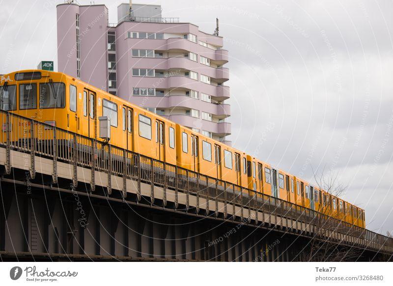 #Berliner Tram Verkehr Verkehrsmittel Verkehrswege Schienenverkehr Bahnfahren Hochbahn S-Bahn ästhetisch Berlin-Mitte Berliner tram Farbfoto Außenaufnahme