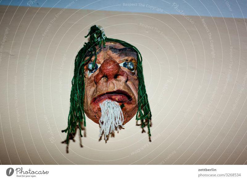 Maske Mann Gesicht Wand Textfreiraum Angst gefährlich bedrohlich Karneval Theaterschauspiel Kostüm Karnevalskostüm falsch Karton dramatisch unheimlich