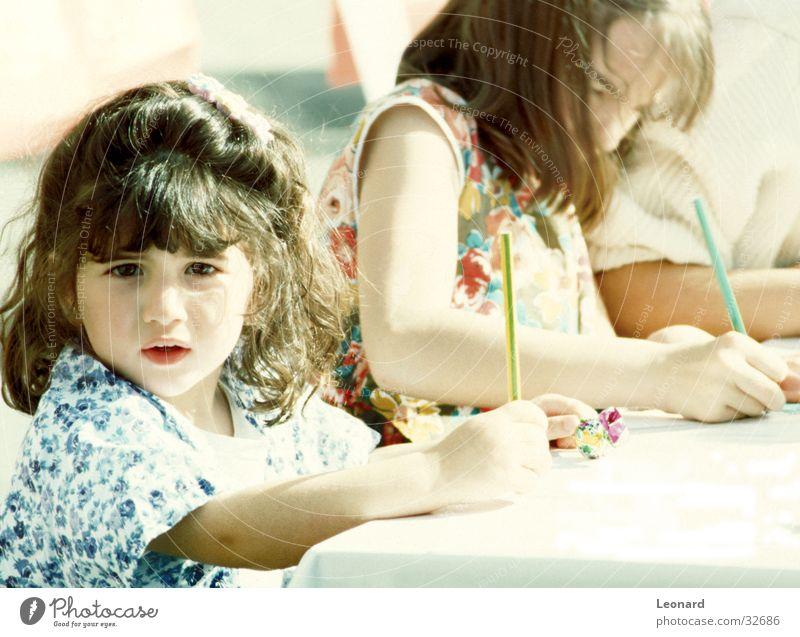 Malerin Kind Mädchen Schule Kunst Tisch Artist Künstler Bleistift Schreibstift
