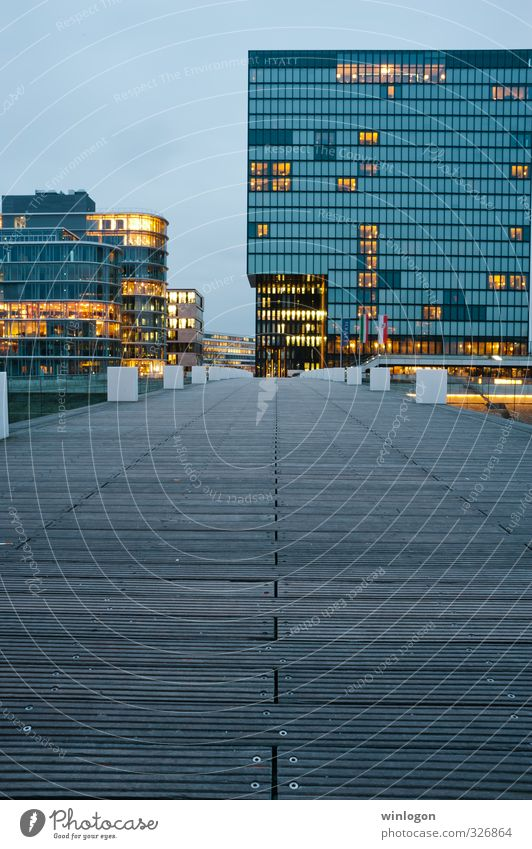 Medienhafen - Düsseldorf blau Haus gelb Architektur Deutschland glänzend gold Häusliches Leben Hochhaus modern Europa ästhetisch Energie Brücke neu