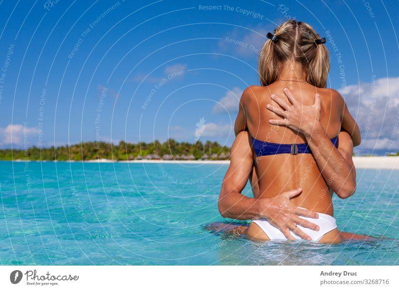 Ein glücklicher, süßer Junge und ein Mädchen genießen das Schwimmen am Strand. Ferien & Urlaub & Reisen Tourismus Sommer Sommerurlaub Meer Insel Mensch maskulin