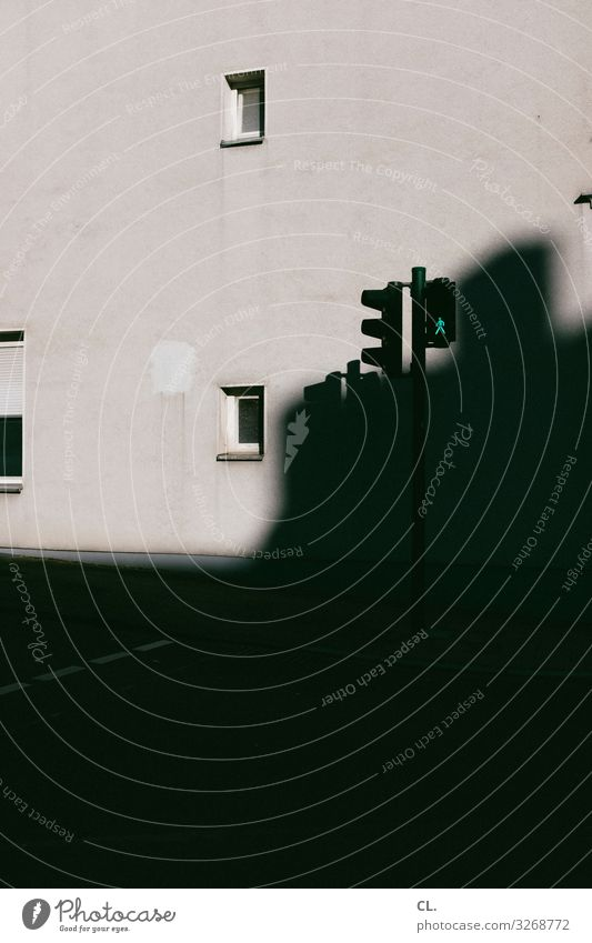grün Stadt Haus Fenster dunkel Straße Architektur Wand Wege & Pfade Bewegung Gebäude Mauer Verkehr trist Verkehrswege Mobilität