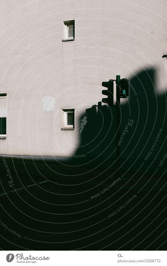 grün Stadt Menschenleer Haus Gebäude Architektur Mauer Wand Fenster Verkehr Verkehrswege Straßenverkehr Ampel Verkehrszeichen Verkehrsschild dunkel trist