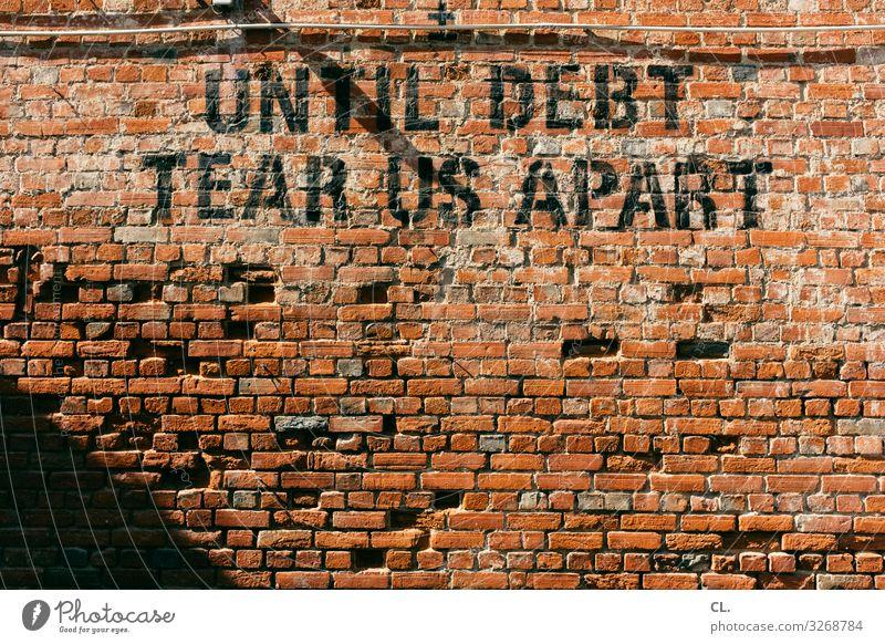 until debt tear us apart Mauer Wand Schriftzeichen Geld Angst Zukunftsangst Verzweiflung geizig Gier Armut Business Kapitalwirtschaft Gesellschaft (Soziologie)