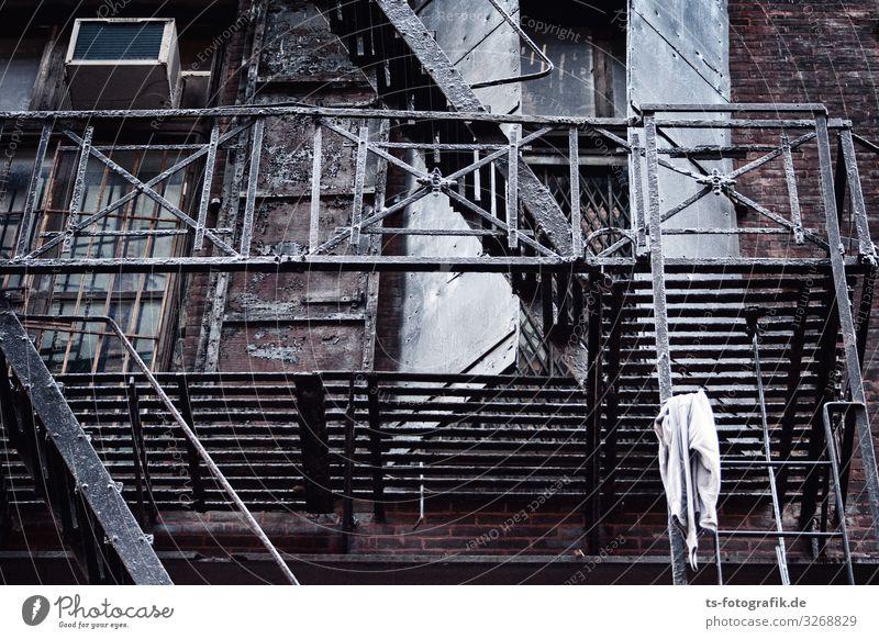 Feuer, Leiter! New York City USA Haus Gebäude Mauer Wand Treppe Fassade Balkon Fenster Dach Klimaanlage Metall hässlich kaputt trashig braun schwarz Armut