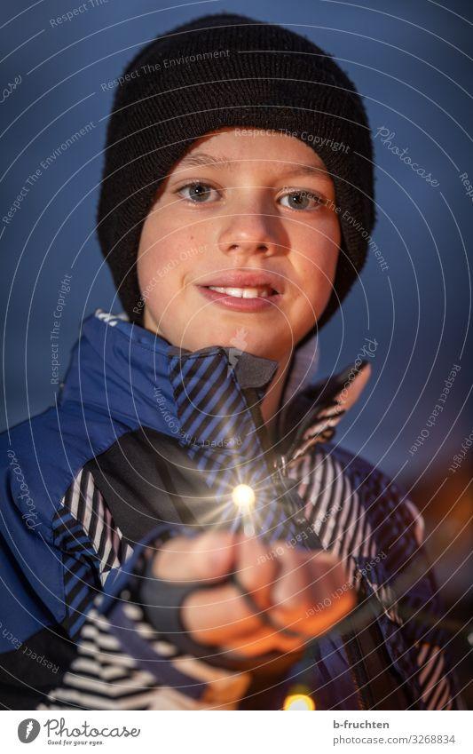 Kind mit Weihnachtslichterkette Nachtleben Party Veranstaltung Feste & Feiern Weihnachten & Advent Silvester u. Neujahr Jahrmarkt Junge Gesicht Hand Finger 1