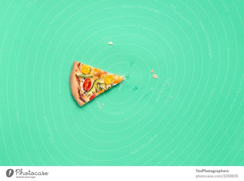 Eine Scheibe Pizza. Pizza Primavera Scheibe Letztes Stück Pizza Abendessen Fingerfood Italienische Küche Gesunde Ernährung lecker Tradition Mediterrane Küche