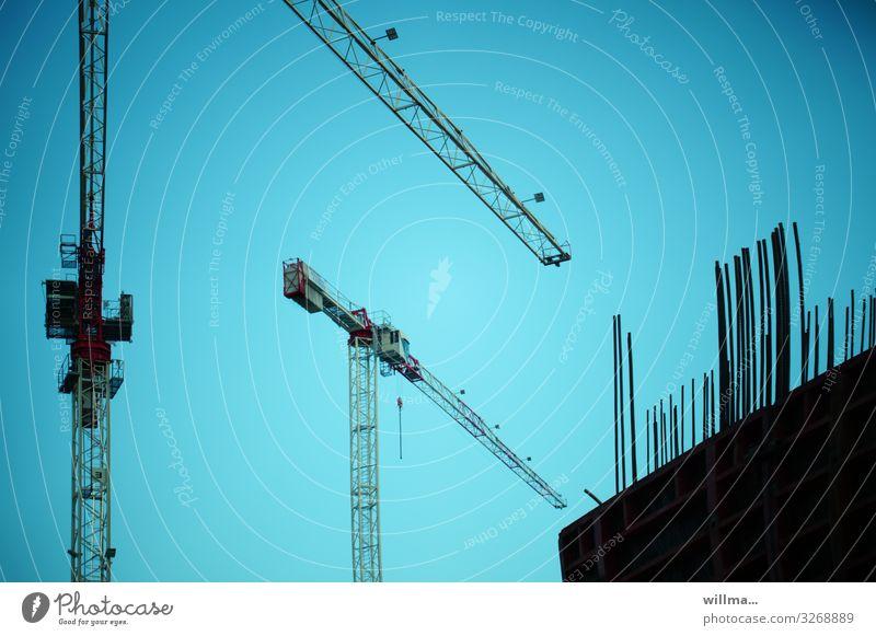 Gründerszene - Kran beim Hausbau auf einer Baustelle 2 Großbaustelle Hochbau Bauwerk Gebäude bauen Beginn errichten Menschenleer Hintergrund neutral