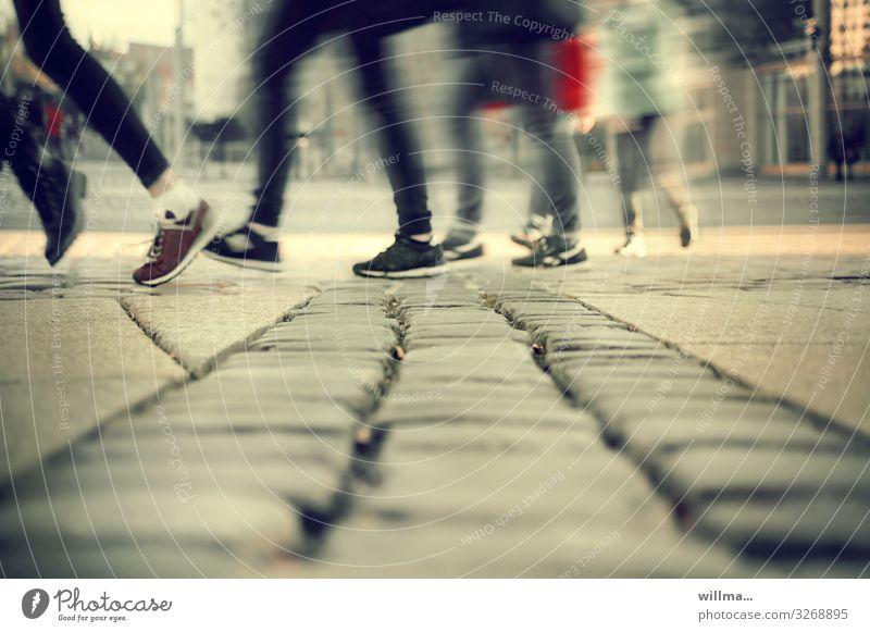 Schlussverkauf - da hinten gibts gute Vorsätze! Mensch Jugendliche Beine Fuß Turnschuh Outdoorschuhe Schnürschuhe rennen gehen laufen Stadt Bewegung kaufen