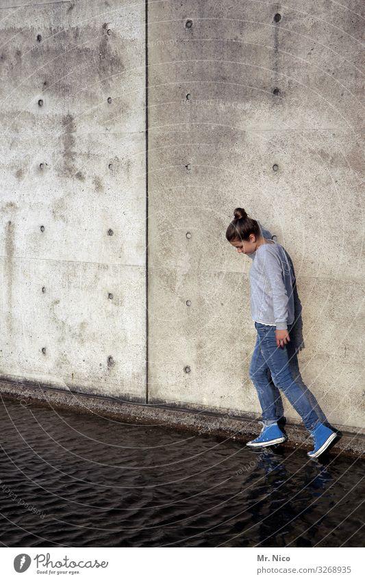 Leichtfüßig Mensch Jugendliche blau Wasser Einsamkeit ruhig Mädchen Wand feminin Gebäude Mauer Fassade grau gehen 13-18 Jahre Jeanshose