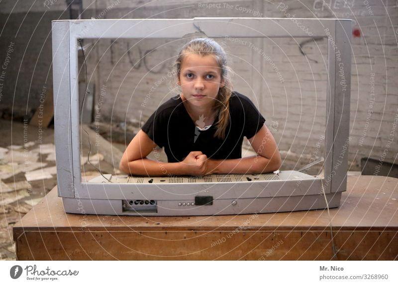Programmansagerin Freizeit & Hobby Fernseher Unterhaltungselektronik feminin Mädchen langhaarig Zopf Kommunizieren Information Medienbranche Telekommunikation