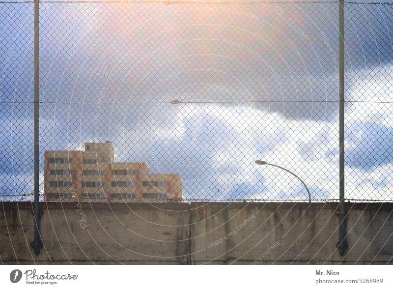 City of blinding Lights Himmel Wolken Klima Wetter Stadt Skyline Haus Hochhaus Bauwerk Gebäude Architektur Mauer Wand Fassade trist Laterne Zaun bevölkert