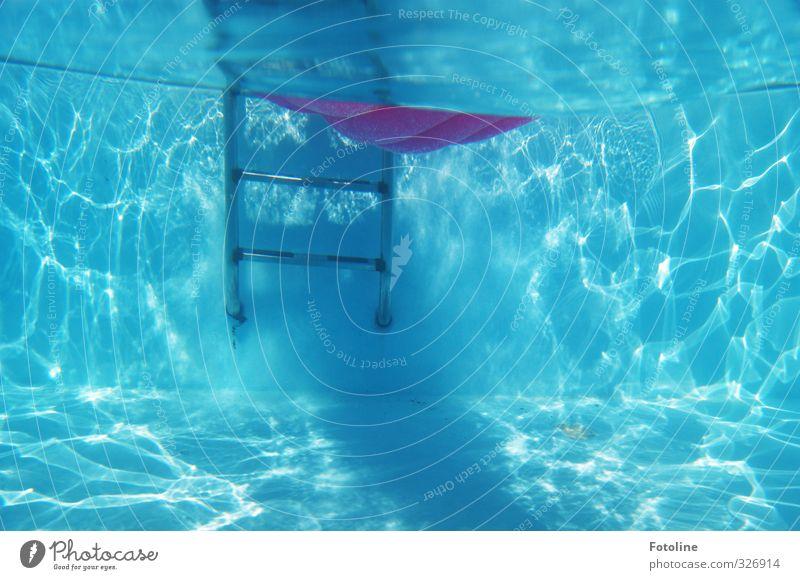 total blau | und ein wenig pink Urelemente Wasser Sommer Coolness frisch hell kalt nass Schwimmbad Leiter Luftmatratze sommerlich Sommerferien Farbfoto