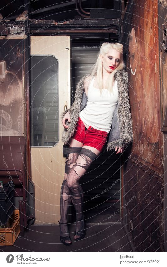 #326921 Lifestyle Abenteuer Nachtleben Feste & Feiern Frau Erwachsene Mensch Mode Pelzmantel Strümpfe blond Erholung festhalten Traurigkeit warten Coolness