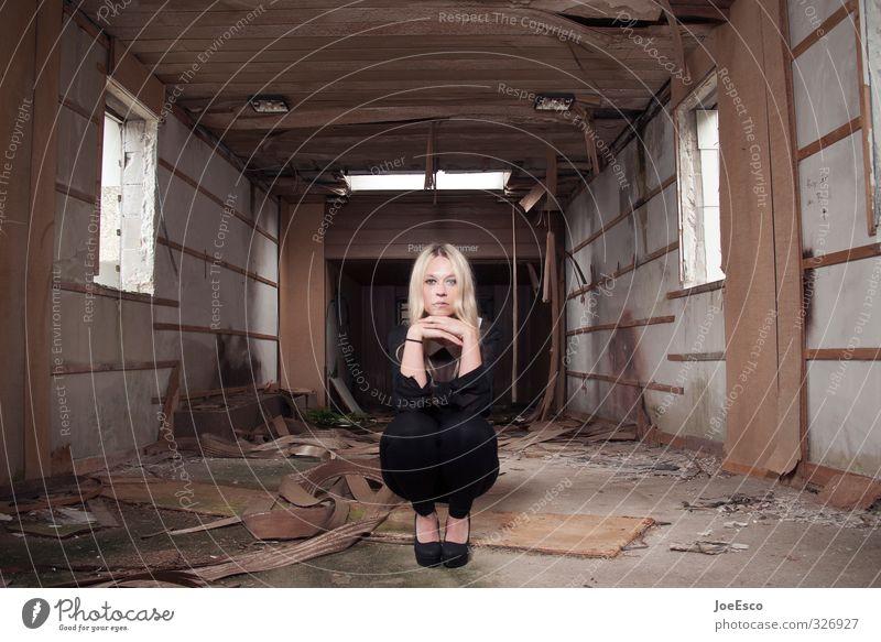 #326927 Stil Häusliches Leben Wohnung Studium Arbeitslosigkeit Ruhestand Feierabend Frau Erwachsene 1 Mensch 18-30 Jahre Jugendliche Ruine Mode blond Erholung