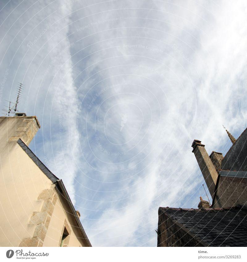 Halswirbelsäulentraining (XXVII) Himmel Wolken Haus Kirche Turm Bauwerk Gebäude Architektur Mauer Wand Fassade Fenster Dach Dachrinne Schornstein Antenne Stein
