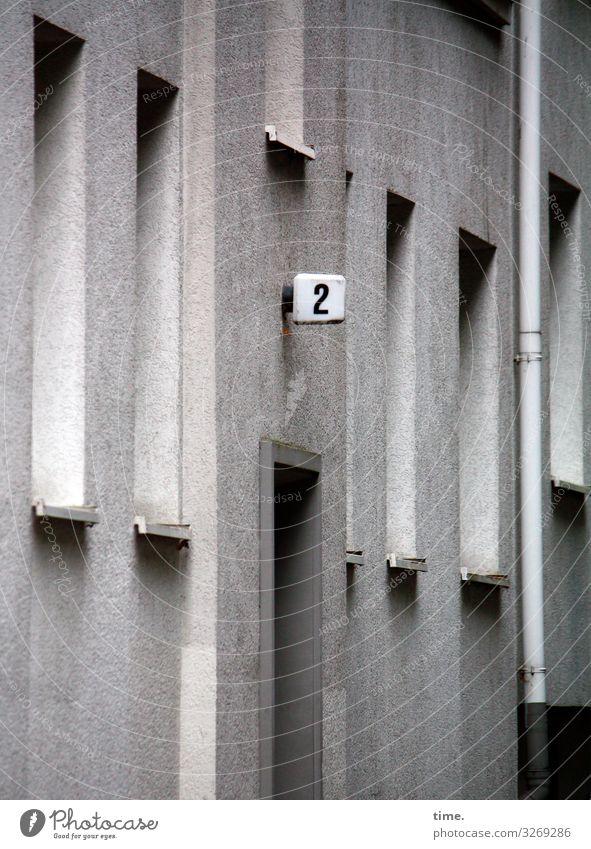 Entrees (III) Haus Mauer Wand Fassade Fenster Tür Fallrohr Hausnummer 2 Außenbeleuchtung Stein Ziffern & Zahlen Linie Streifen fest muskulös grau Überraschung