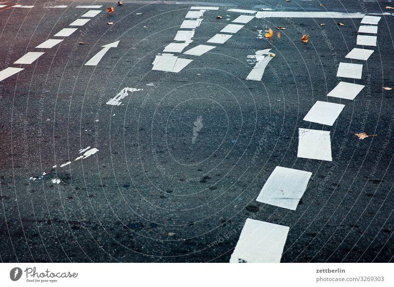 Schlampige Fahrbahnmarkierung abbiegen Asphalt Ecke Hinweisschild Warnhinweis Kurve Linie links Schilder & Markierungen Menschenleer Navigation Orientierung