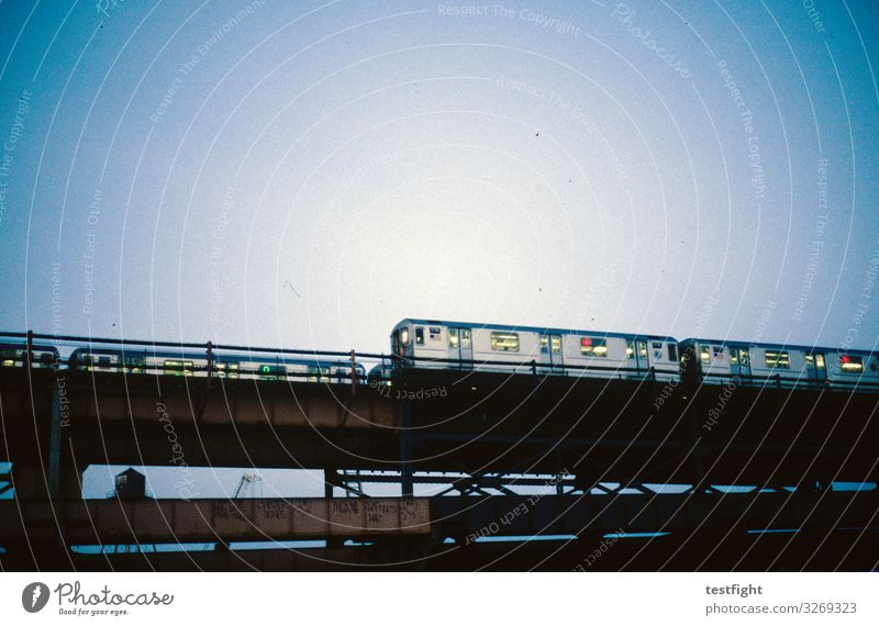 Bahnverkehr Bauwerk Architektur Verkehr Bahnfahren Schienenverkehr Eisenbahn Personenzug Hochbahn S-Bahn U-Bahn Stimmung Eisenbahnwaggon