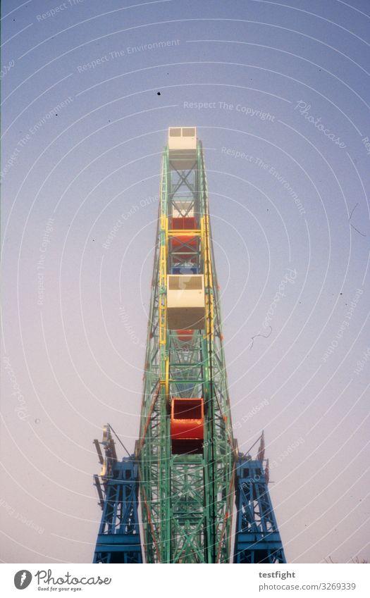 riesenrad Jahrmarkt Bauwerk drehen groß hoch Riesenrad Vergnügungspark sprechen Freude Farbfoto Außenaufnahme Textfreiraum oben Licht