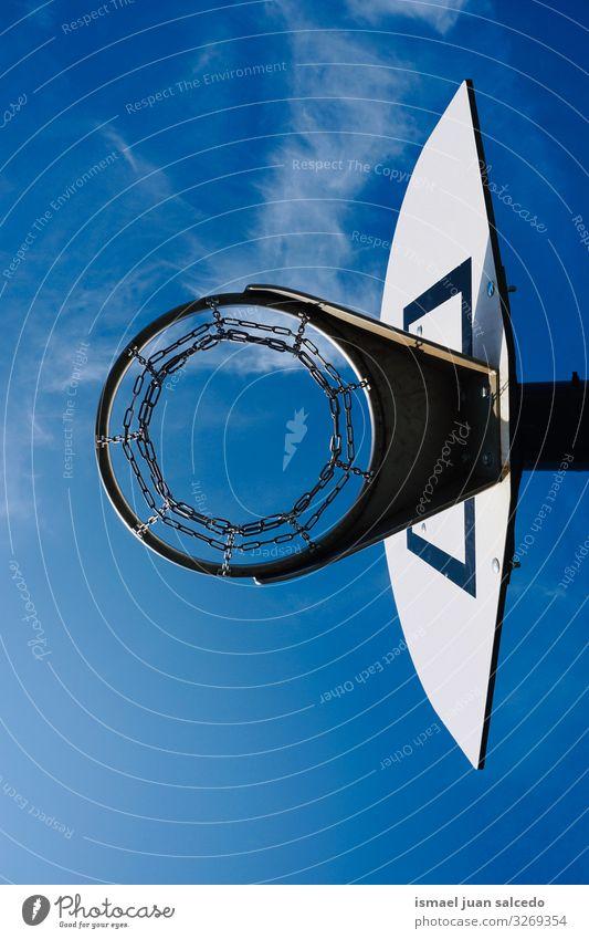 Basketballkorb und blauer Himmel auf der Straße Reifen Korb Silhouette Kreis Eisenkette Metall Tennisnetz Sport Sportgerät Spielen spielerisch alt Park