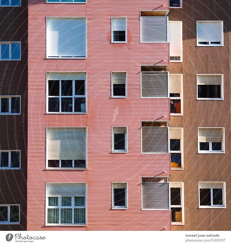 Fenster an der rosa Fassade des Hauses in Bilbao City, Spanien Gebäude Außenaufnahme heimwärts Straße Großstadt Farbe Strukturen & Formen Architektur