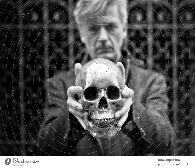 kopflos Mann Erwachsene Kopf 1 Mensch 30-45 Jahre Mantel blond Metall festhalten bedrohlich dunkel verrückt Traurigkeit Tod Angst Skelett Schädel